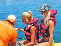 Instructor explicando los mandos de la moto nautica
