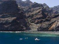 悬崖和海湾。摩托艇