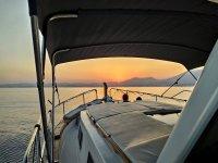 Presenciando el atardecer desde el barco