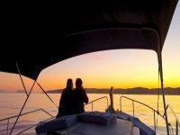 夫妇在船上日落