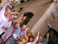 Participantes levantando las manos