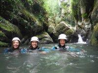 三个带头盔的峡谷