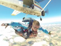 Dia claro para el salto en paracaidas