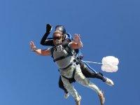 Momento en el que sale el paracaidas