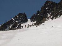 Tres esquiadores en ruta