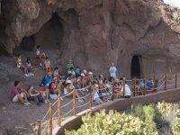 En la entrada de las cuevas