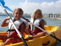Ninos rubios en kayak