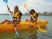Peques en un kayak doble amarillo