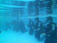 Ensayando en el fondo de la piscina