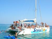 Catamaran y colchonetas en el mar