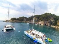 Catamaranes con juegos hinchables a bordo