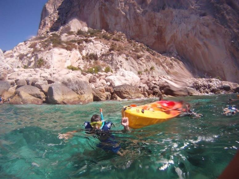 Kayak en una cala
