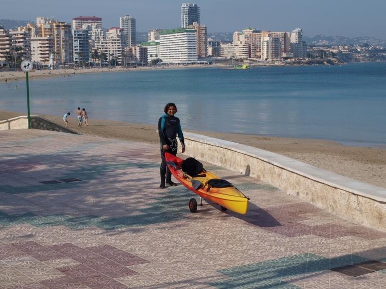 Llevando el kayak a la playa