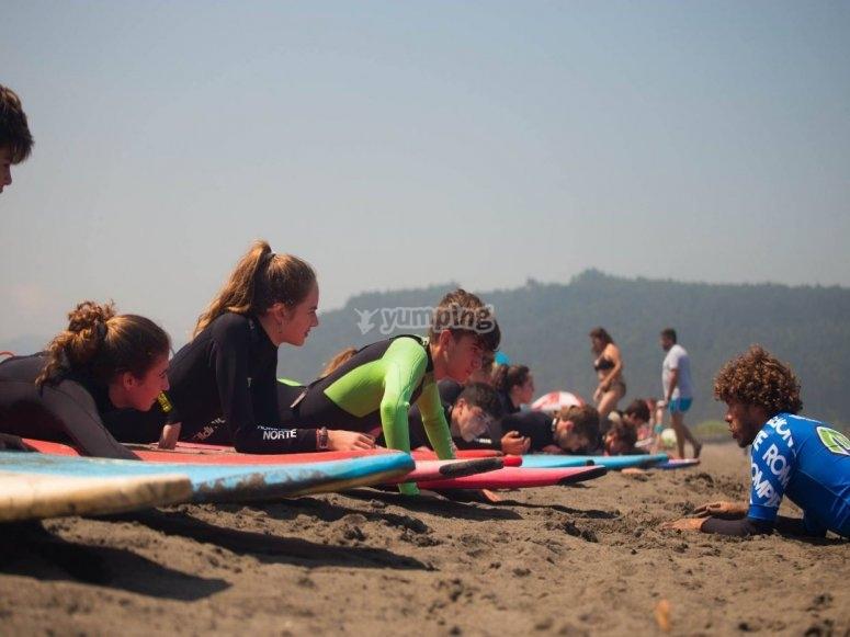 Ascoltare l'istruttore nella sabbia