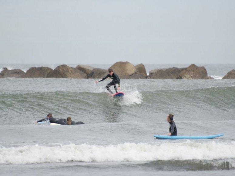 Gruppo di surfisti