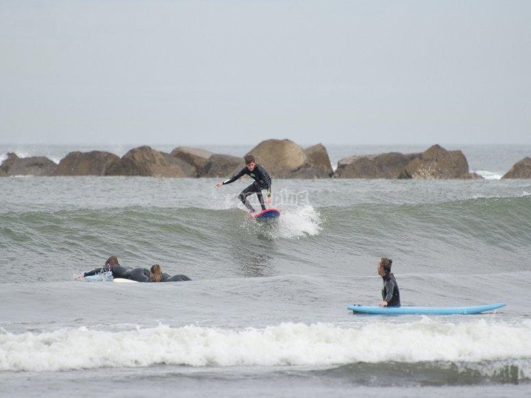 Surf le onde con gli amici