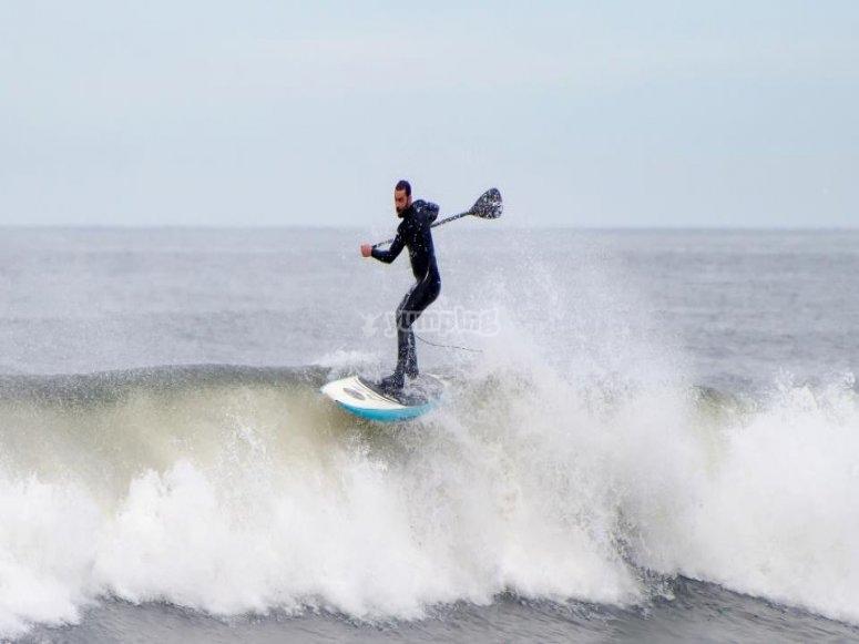 Cogiendo olas con el paddle Surf