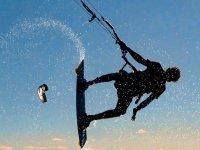 跳跃技巧在塔拉戈纳风筝冲浪