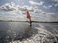 保持平衡和帆在帆板