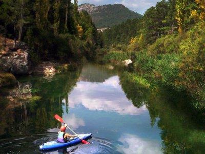 独木舟穿越平静的海水,Alto Tajo
