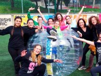 Chicas de despedida con bubble soccer