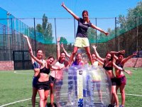 De pie en la burbuja de futbol