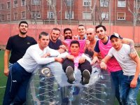 Hundiendose en la burbuja de futbol
