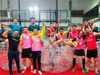 Partido de bubble soccer para despedir la solteria