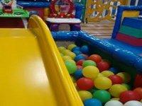 Tobogán a la piscina de bolas