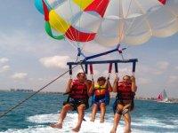 Familia sobre el mar en el parascending