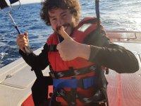 Enganchado al parasailing en el barco