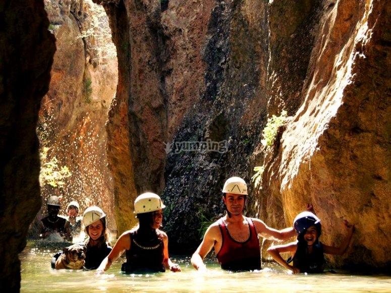 在峡谷中前进