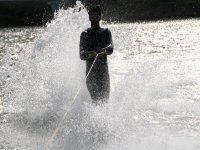 Sesión de esquí acuático en lago Barasona