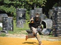 Corriendo para no ser alcanzado con las bolas de pintura