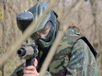 Soldado disparando con la marcadora