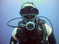 Buzo sonriendo bajo el mar