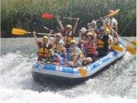 divirtiendose en el raft