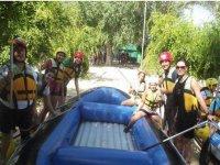 raft con gente alrededor