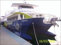 我们的船停靠在港口