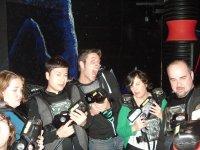 Grupo de jugadores con el atuendo de laser
