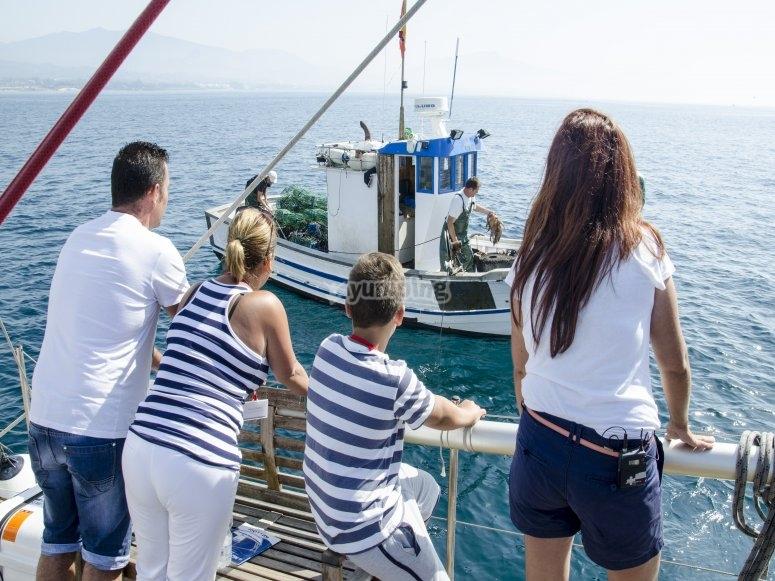 Desde el barco viendo el trabajo de los pescadores