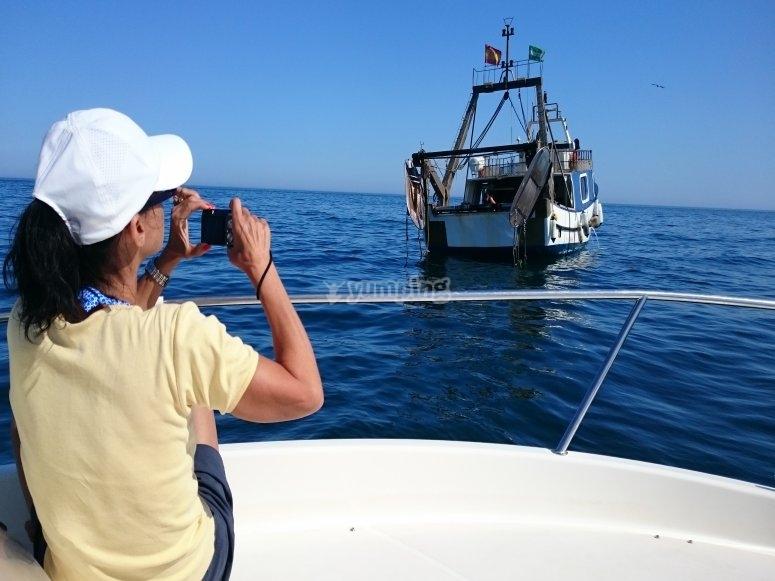 Fotografiando al pesquero desde el barco