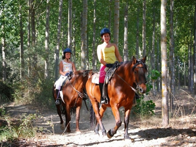 Chicas montando a caballo en Huerta