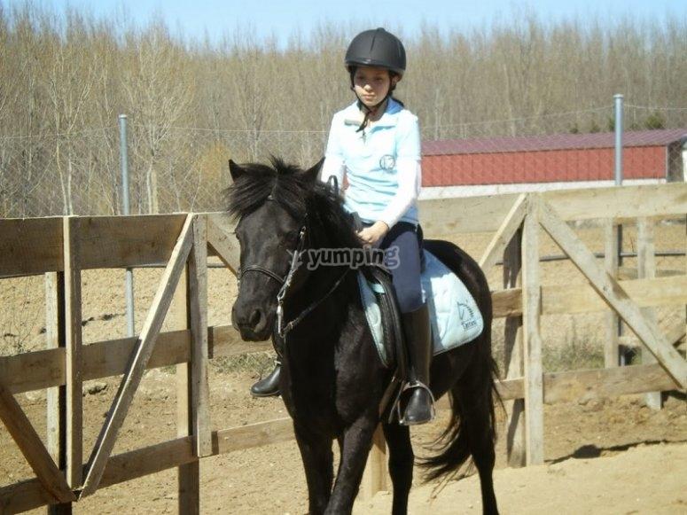 Montando a caballo en hipica de Huerta