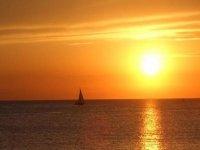 Atardecer frente a café del mar en catamarán