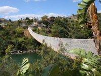 Puente entre las zonas del parque de animales