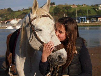 在Zarautz骑马的路线1h。孩子