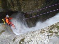 在山沟中制作一条高空滑道