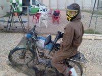 Sobre la moto en el campo de paintball de Cadrete