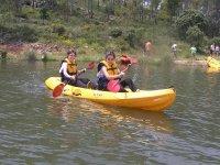 在多探险营中划独木舟时